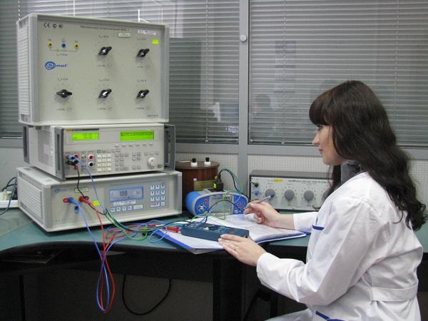 Поверка гигрометра в научной лаборатории.